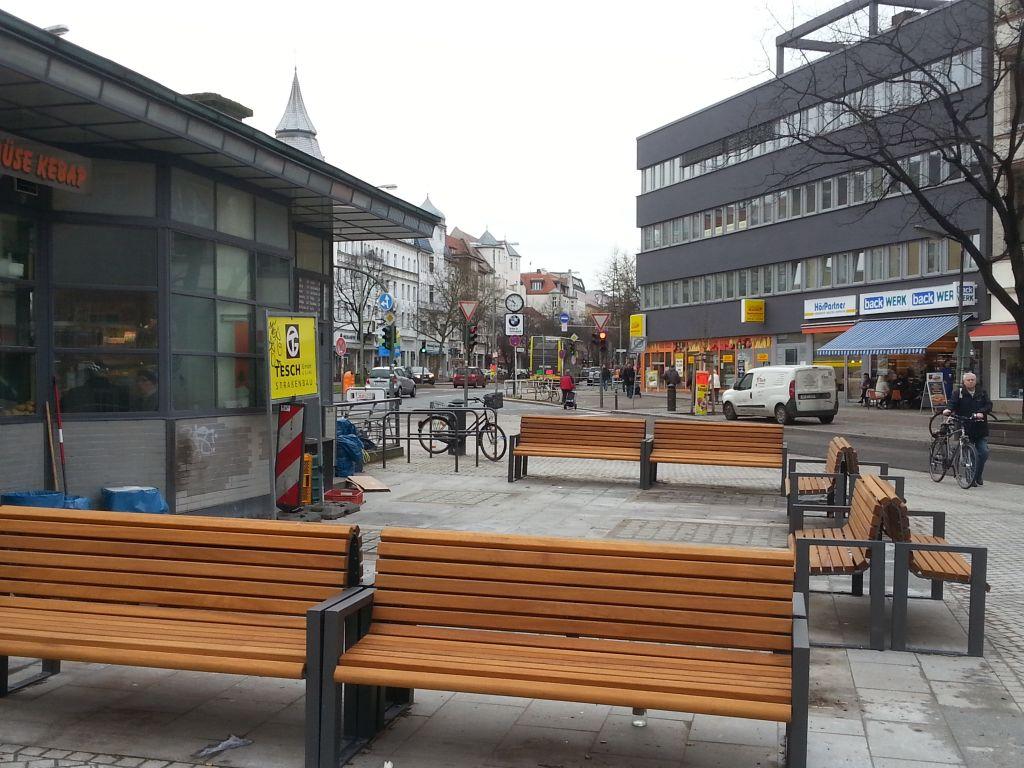 Bequeme Bänke auf dem Breslauer Platz. Foto: Thomas Protz